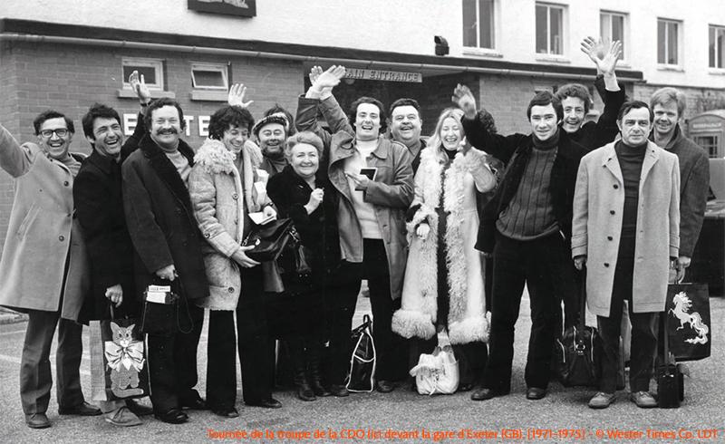 Tournée de la troupe de la CDO (ici devant la gare d'Exeter (GB), [1971-1975] - © Wester Times Co. LDT